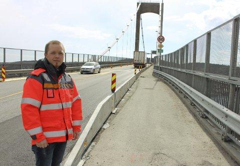 Gang- og sykkelveien over Breviksbrua er blitt smalere, men det er fortsatt plass for gående og syklende over Breviksbrua. Overingeniør Espen Tonning i Statens vegvesen sier at omkjøringsrutene skal skiltes bra, slik at trafikken ledes riktig vei.