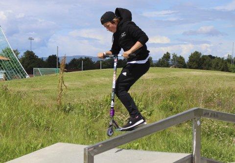 Marius Lassen Hansen viser sine kunster med sparkesykkel på skaterampa på Kjølnes. Heistad-gutten har holdt på med sporten i mindre enn ett år, men er allerede over gjennomsnittet dedikert. 14-åringen har til og med vært med på å starte eget «crew».
