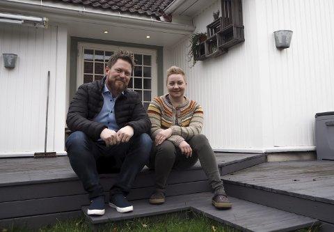 KOSELIG: Lars Abrahamsen og Stine Hauge Mathisen på trappa foran tilbygget i Gamlevegen 14. Huset ble bygget i 1814 og paret overtok i 2011. Tilbygget som rommer spisestue, kjøkken og gjesterom ble satt opp på åttitallet.Foto: Katrine Rohde Johannessen