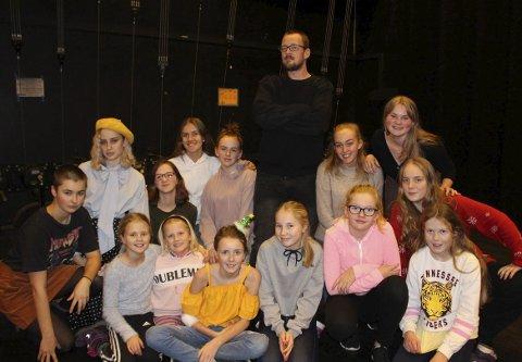 TEATER: Tobias Vik er regissør for denne gjengen med skuespillere i Brevik Barne- og Ungdomsteater. De øver på det musikalske teaterstykket «Løvenes konge» som har premiere i Brevik kulturhus 8. mars 2019. Billettene er allerede lagt ut for salg i Ælvespeilet.