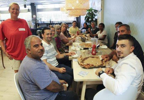 Foran fra venstre: Tone Evensen, økonomisjef Tamer Baghdadi, kokk Mohammed Mohammed og bud Mohamad Rawas. Gjengen feiret suksessen med å spise pizza fredag. Flere av deltakerne har fått bruk for kompetansen de tok med seg fra hjemlandet sitt.