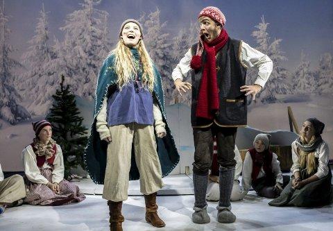 SONJA OG NISSEFAR: Anne Mina Tangen Aarflot (17) strålte i rollen som den godhjertede Sonja, mens Torjus Bråthen (19) sjarmerte som Nissefar.