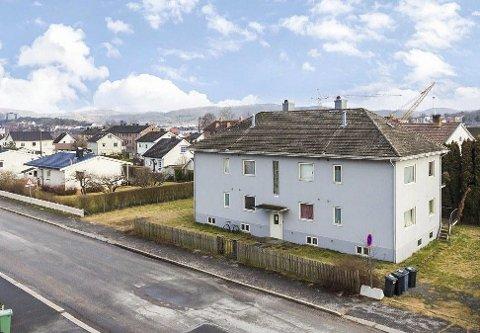 UTLEIE: Bygget fra 1942 har fire leiligheter, tomta er rundt 700 kvm. Eiendommen er vanskeligere å selge enn antatt. Rett i nærheten planlegges utbygging av gamle Porsgrunn mek. med 250 boliger.
