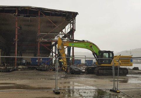RIVING: Tidligere Grenland mekaniske rives for å gjøre plass til nytt byggetrinn for leiligheter på Frednes. Boligbyggelaget tar sikte på innflytting i første kvartal 2023.