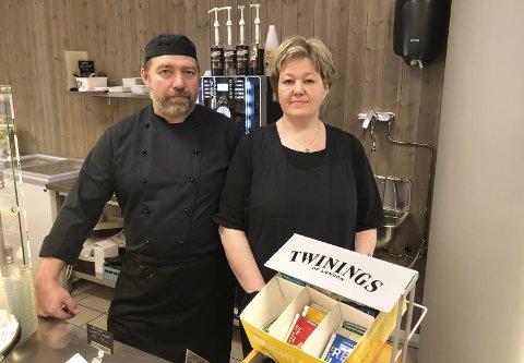 USIKKER FRAMTID: Cafedriverne Ove Olsen og Bente Pedersen vet ikke om de klarer å overleve til situasjonen blir normal igjen.