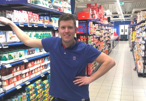 JOBBER TIL LANGT UTPÅ NATTA: Thomas Klamerholm, kjøpmann på Rema 1000 Vallermyrene, jobber til langt utpå natta for å minske smitterisiko i butikken. Han er veldig glad for at de ansatte når gir ekstra mye på jobb.