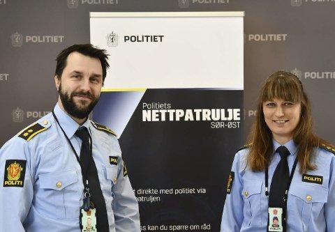 ANSIKT TIL ANSIKT: Mads Holmern og Ann Merete Pedersen Eidem står bak politiets nettpatrulje i Sør-Øst politidistrikt. De ønsker å treffe folk «ansikt til ansikt» på nettet, og være litt som de gamle lensmannskontorene var. Politiets nettpatrulje startet opp mandag denne uka her i distriktet.