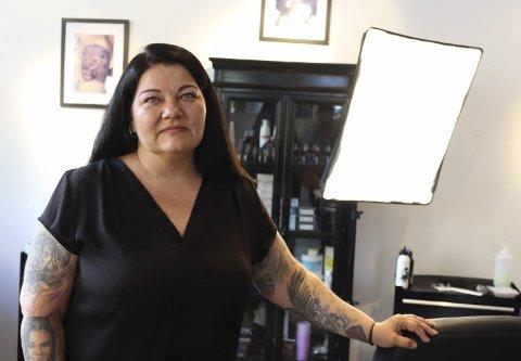 ALENE I STUDIOET: Monica Mikalsen driver VM Tattoo i Storgata. Hun trives i sitt nye tatovørlokale, men kjenner på lengselen etter samboeren.