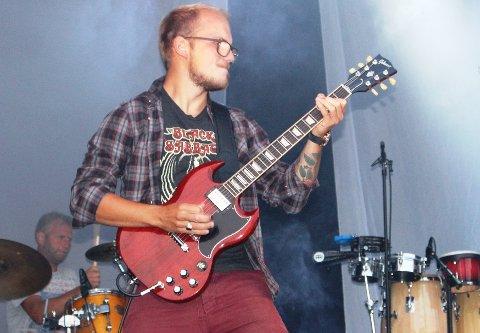 Emil Hartveit fra Langesund er en av distriktets beste gitarister. Han spiller blant annet i Powerage, men også i andre band. Tirsdag spiller garantert Emil Hartveit på Superjam i Wrightegaardens hage.