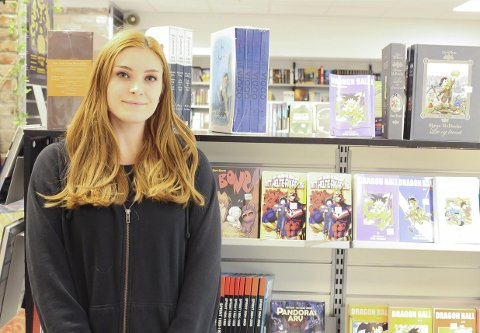 PERFEKT JOBB: Stina Kristin Golf-Robberstad (25) er superinteressert i tegneserier og forteller at deltidsjobben hos Outland ved siden av studiene har vært helt perfekt.