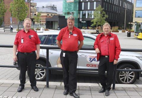 LENGE MELLOM TURENE: Taxisjåførene Geir Ove Olsen, Jonny Ovesen og Sven Tore Wølner Olsen merker ikke noe til økt turisme i Porsgrunn.
