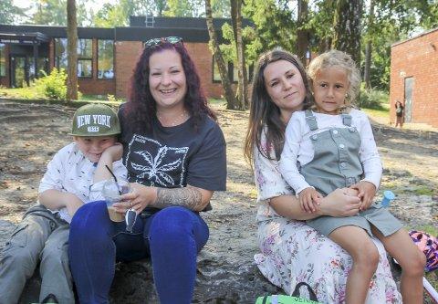 GODE NABOER: Leif Isak Dyrland-Holtan (6), Joyce Karina Dyrland-Holtan, Lill Cathrine Andersen og Jenny Gajic (6) hadde møtt opp i god tid før skoleåret ble sparket i gang. – Vi omgås mye til vanlig. Det er fint at barna har flere de kjenner på sin første dag, var mødrene enige om.