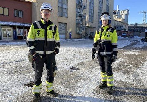 FORNØYDE: Henrik Torset (19) og Lisa Marie Jensen (20) er fornøyde med at lærlingtiden stort sett har vært normal under pandemien. Ingen lærlinger i industrien i Porsgrunn har vært permittert under koronakrisa.
