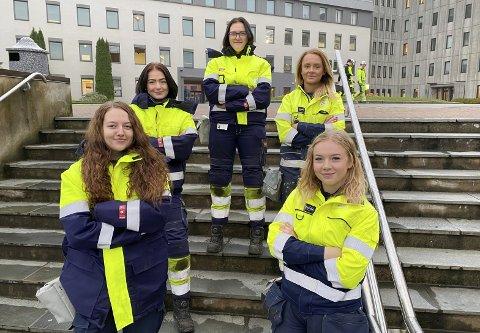 GIRLPOWER: Årets kvinnelige lærlinger hos Bilfinger. Andrine Roe Kåsin (18), Malene Homme (17), Malene Elefskås Aardalen (19), Emma Vang (19) og Anne Marthe Grønstein (18) gleder seg til å jobbe i Industrien og syns det er positivt at stadig flere jenter får øynene opp for verkstedfag.