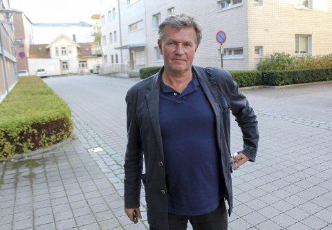 OVERRASKET: Anders Baalsrud utenfor teknisk bygg der utvalget hadde møte. Han har kjøpt en hytteeiendom på Bjønnes, forsøker å sette i stand et gammelt bygg og tilføre stedet noe oppgradering, men kommer ingen vei med strandsonemyndighetene. Kun Frp støttet klagen, ti stemte mot.
