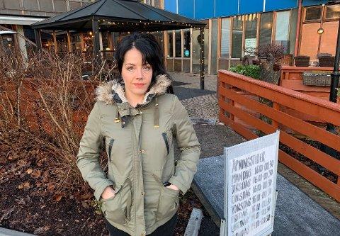 MÅ PERMITTERE IGJEN: Anne Øverland på Karjolen Pub forteller at hun nå må permittere en ansatt som nylig fikk komme tilbake til jobb. Hun kan ikke fatte og begripe hvorfor regjeringen mener det er riktig å innføre skjenkestopp igjen fra klokka 22.00 nå. – Da skulle de aldri ha løsna opp, slik at vi begynte å ta inn folk igjen, sier hun.