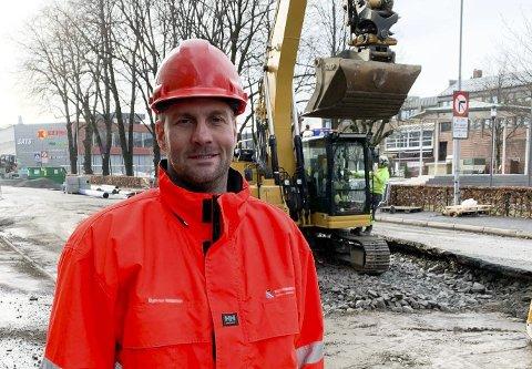 NYE GREP: Prosjektleder Bjørnar Andersen opplyser at det blir gjort endringer i forhold til skilting, slik at trafikkmengden på Kammerherreløkka går ned. Her avbildet på anleggsområdet i Sverresgate, hvor veien nå graves opp for rehabilitering av vann- og avløpsledninger.