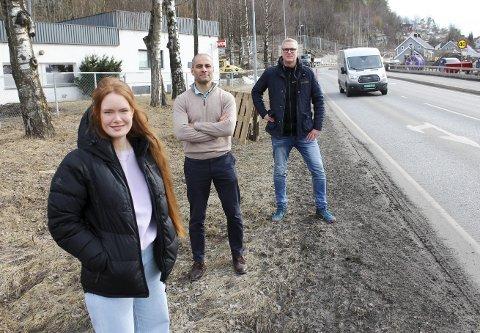 NY RIKSVEI: F.v. Ingrid Åmlid, Mahmoud Farahmand og Gordon Kleppe slapp onsdag nyheten om penger til veiprosjektet. De valgte å møtes på Herøya, der bypakka bygger ny gang- og sykkelvei, og ny vei kan bli lagt i tunnel.