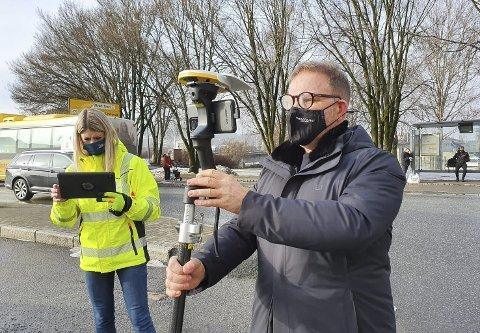 BEFARING: Her ser Jarle Kristensen Steen hvordan det nye Franklintorget blir, via en spesiell teknologi. Han er fortsatt ulykkelig for at parkeringsplassene foran forretningen blir erstattet av et busstopp. Foto: Birgitte Finne Høifødt