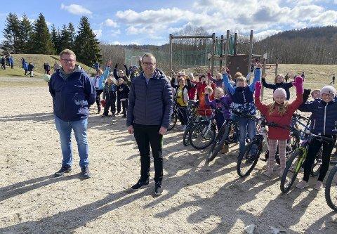 JUBEL: André Vagner Gaathaug fra FAU og SU og assisterende rektor ved Borge skole, Torgeir Nøkleby Kristiansen, var godt fornøyde da de fikk nyheten om midler til ny sykkelbane. Her sammen med jublende elever på 4. trinn.