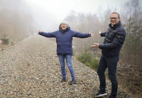 Merethe Solstad og Morten Myrsve i ressursgruppa på det som er igjen av det gamle togsporet mellom Porsgrunn og Larvik. Nå er de enda større optimister og styrket i trua på at det blir turvei mellom Porsgrunn og Larvik.