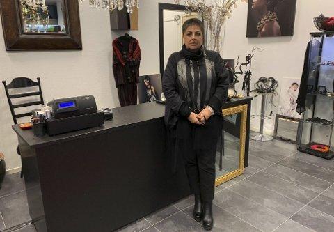 Helt stengt: Larissa Rognlien fra klesbutikken Bitta i Storgata har ikke valgt å satse på nettbestillinger med «klikk og hent» gjennom de siste ukene. Nå håper hun at hun det snart blir innført lettelser i tiltaksnivå, slik at handelsstanden i Porsgrunn kan åpne dørene igjen.