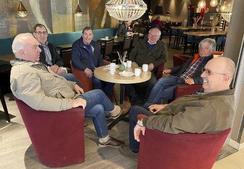 MØTEPLASSEN: For Geir Fjeldseth, Kjell Holtet, Ragnvald Hartveit, Thor Bamle, Nils Asdal og Per Edvin Glittum er Brotorvet  ett samlingspunkt. De var førnøyde over å endelig kunne fortelle skrøner over en kaffekopp igjen. – Det er å godt å kunne komme tilbake og ta en kaffe med gutta. Nå har vi mye å prate om, sier Per Edvin Glittum.