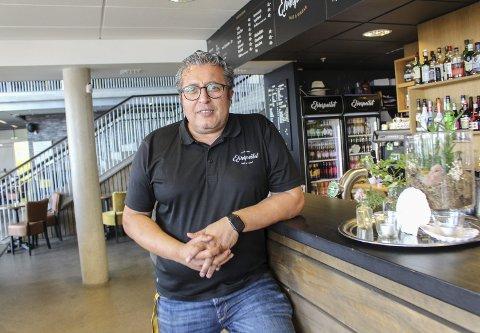 Noen gjester: Erdal Özcan Knutsen på Elvespeilet Mat & Vinbar åpnet fredag formiddag. Han forteller at de har hatt noen gjester, men at det har gått litt sakte. Nå håper han tillatelse til å skjenke alkohol og fint vær skal få fart på sakene framover.