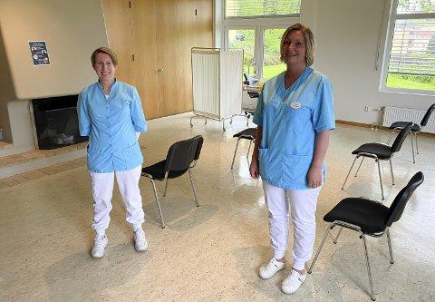 RIGGET: Emma Storvand og Irene Rennesund har rigget til med et mini-vaksinesenter i treningssalen på Søsterhjemmet Medisinske Senter. – Vi har beslaglagt salen til vaksinering, siden vi ikke kan bruke det til trening for tida, smiler Emma Storvand.