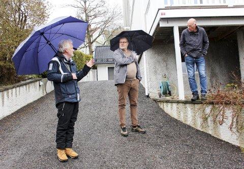 BEFARING: F.v. utvalgsleder Trond Ingebretsen, nabo Bent Hvale, og Runar Weholt som vil fortette på egen tomt. Det fikk Weholt lov til av politikerne.