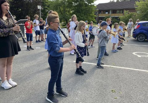 ENDELIG: Det ble ikke noe korpsmusikk på 17. mai, men nøyaktig én måned etter fikk de yngste foran i Eidanger pike- og guttekorps endelig spille foran et begeistret publikum på Toppen bofellesskap på Mule.