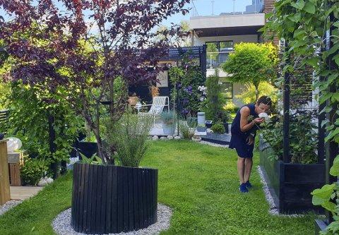 TERAPI: Hagearbeid fungerer som terapi for Gro Anita Hansen på Stathelle. Hun tilbringer mye tid i hagen, både med venner og familie, men også alene for å stelle på planter og ordne med detaljer.