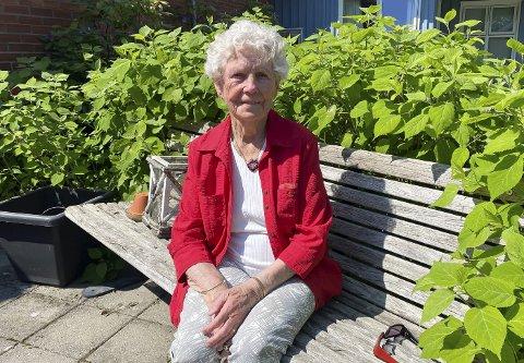 FØLER SEG OVERSETT: Karen Kristine Omnes og flere andre som benytter Velferden på Vestsida føler seg oversett og tilsidesatt. – De fleste av oss er fullvaksinerte og det er god plass inne og ute. Hvorfor kan de ikke åpne for oss? undrer 95-åringen.