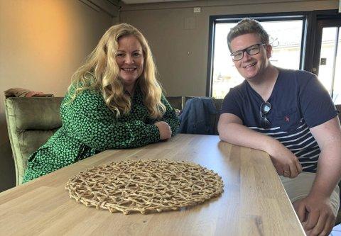 GLEDER SEG: Lena Barth Aarstad og Ruben Kvålseth er i full gang med å planlegge årets «Sommerlatter med Lena og de» på Kafe K. Duoen forteller at de kommer til å sette opp to show om dagen i to uker i august.
