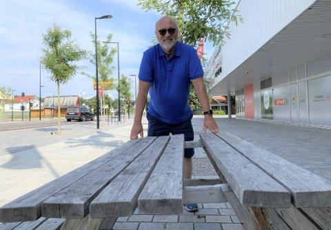 Hva er dette? Finn Morten Steen og flere andre i Vestsiden fellesskap måtte klø seg i hode da denne benken dukket opp på torget ved PP-senteret.