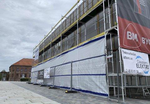 Renovering: Bygget i Drangedalsvegen 2 er under renovering. Driverne vil ikke kunne åpne før dette er gjennomført. – Vi ser for oss åpning rundt 1. januar, sier daglig leder Nicolay Line Holm til PD.