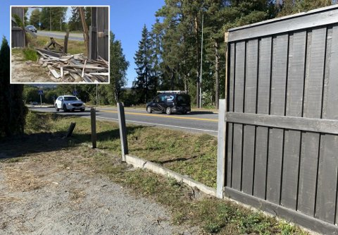 Smadret: Støyskjermen mellom fylkesvei 32 og Merethe Rygh Lindgrens hus i Trekanten er fortsatt ikke reparert etter ulykken natt til 28. august (innfelt). – Jeg hadde forventet at det skulle vært mer framgang, og at det hadde skjedd mer. Du kan si jeg er lettere irritert, sier hun.