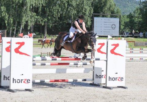 VÅKEN: Susanne B. Yven håper på tre gode runder med hesten Caruso. Arkivfoto