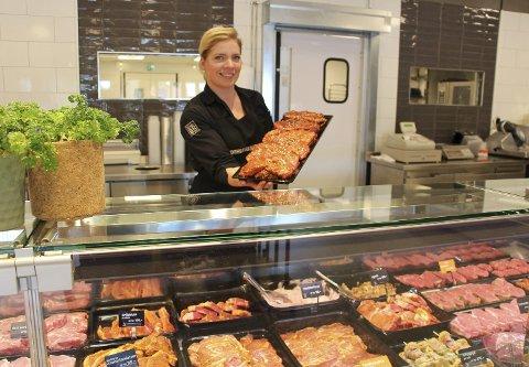 Salgsvekst: Butikkansvarlig Eva Aaraas i butikkutsalget til Brødr Ringstad merker at salget har økt. Av grillmat går det mye marinert kjøtt. Foto: Beate Sloreby