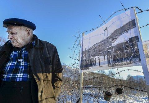 Sterkt: Mykhailo Sidelnyk stanser ved et av bildene. Plutselig renner tårene.foto: Øyvind Bratt