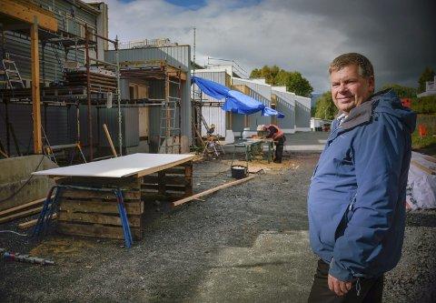 MOT SLUTTEN: Styreleder Ståle Ostad i Elgveien borettslag er glad for at man begynner å se enden på den store renoveringen de har satt i gang. Han gir beboerne ros for å akseptere å leve på en byggeplass i mange måneder. Foto: Øyvind Bratt