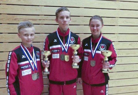 Sander Nygård (t.v.), Julian Halsøy og Kerstin Michalsen gjorde det meget godt under karatestevne i Gøteborg. Foto: Privat