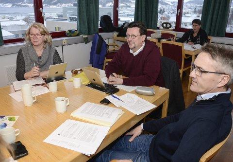 MØTE: Nils Notler (i midten) er leder for kommunens Oppvekst- og kulturutvalg. På bildet ser vi for øvrig Åse Kildal og nestleder Widar Aakre. Foto: Arne Forbord