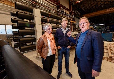 BESØK: Statsråd Per Sandberg besøkte Helgeland Plast og daglig leder Stig Meisfjord og Trude Olafsen, daglig leder for Atlantis Subsea Farming i Helgeland Plasts lokaler i Mo industripark.
