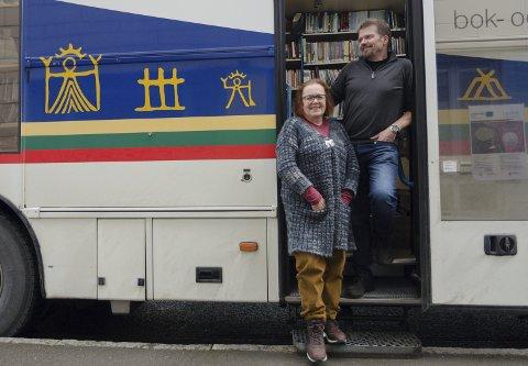 Petra Wognild og Roger Johan Pedersen kjører sammen den siste runden med den Sørsamiske bokbussen. Foto: Marthe Stoksvik
