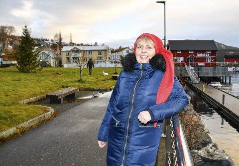 2.500 BESØKENDE: Sigrid Skjæran er leder i styret for Jul på berget. Hun regner med at det totalt vil komme mellom 2.000 og 2.500 på arrangementene på Hemnesberget. Svært mange kommer også tilreisende fra nabokommunene til arrangementet som finner sted i havneområdet og rundt torget på Hemnesberget. Foto: Gøran O. Pedersen