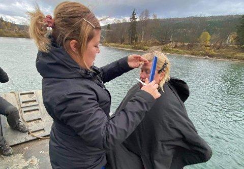 Solveig Fagerjord får stusset panneluggen på vei over Ranelva av frisør Inger Johanne Åstrøm i Fjellklippen Frisør AS.