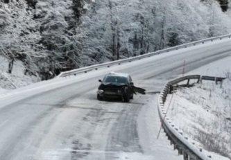 To personer er fraktet til lege for helsesjekk etter at bilen de satt i krasjet i et autovern.