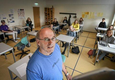 Kjell Nyheim vasker i juni av tavla for siste gang, etter 43 år som lærer. - Jeg er sikker på at mange lærere betyr mye for elevene, selv om det ikke alltid blir sagt, sier han.