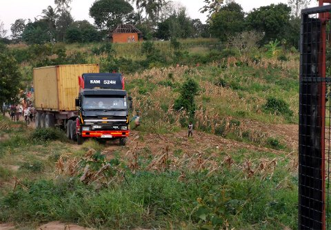Tre år etter gavene ble samlet inn, ankom containeren den kenyanske landsbyen Kilifi med lastebil torsdag 13. august.